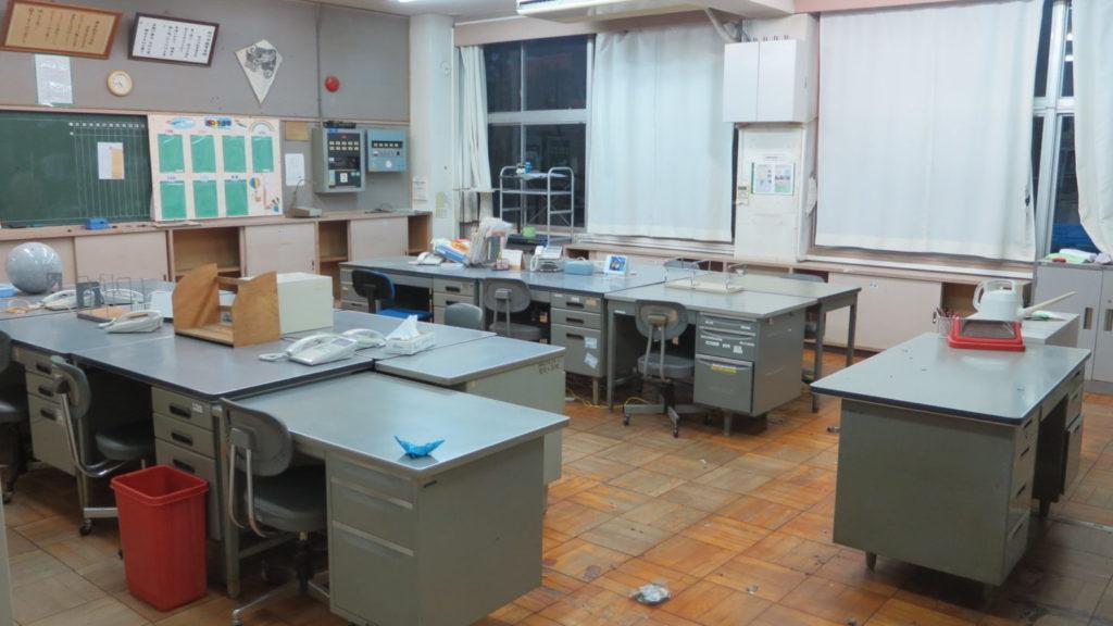 まるごと撮影できちゃう学校スタジオ・職員室・机がそろいますた・飾り込