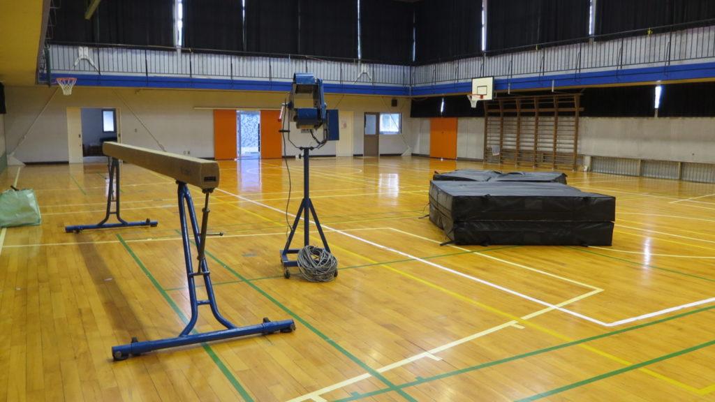 まるごと撮影できちゃう学校スタジオ体育館に平均台・バレーボウルマシン・マット持ってきて撮影してました。