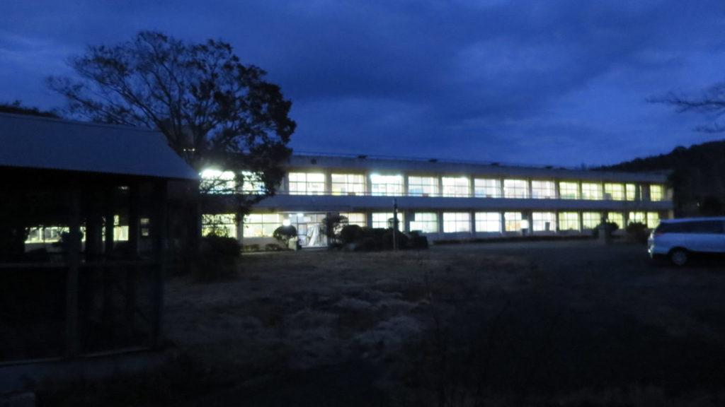 まるごと撮影できちゃう学校スタジオ・夜の外観・職員室・校長室・保健室