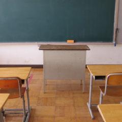 いろいろ撮影できちゃう学校スタジオ・教室・教台・先生・先生の台・台・黒板の前の台