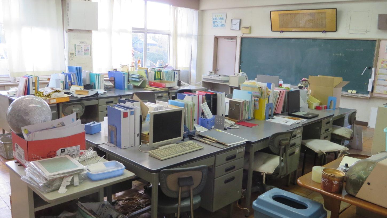 いろいろ撮影できちゃう学校スタジオの職員室・机の上の・パソコン・飾り・美術セット