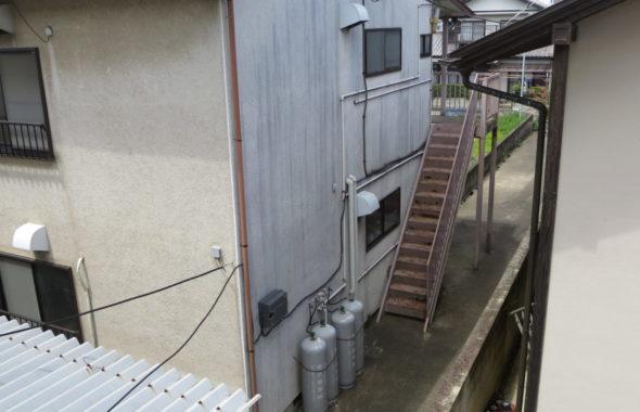 昭和でレトロなアパートスタジオの外階段・2か所・両端にあります