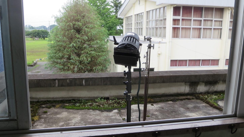 学校スタジオ2階廊下の外には照明・カメラポジションあり