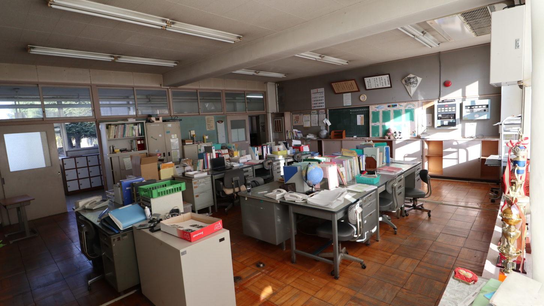 いろいろ撮影できる学校スタジオ・職員室・飾り込み例・基本の飾り込み中