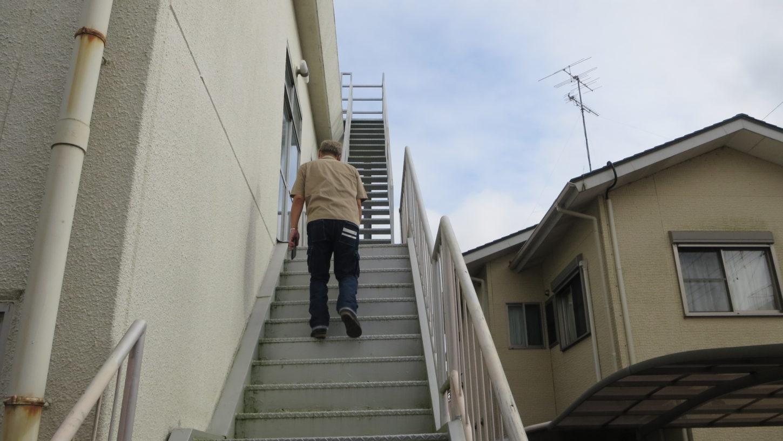 元ビジネスホテルスタジオの屋上に登る階段・隣のアパートスタジオの俯瞰撮影・出入りの階段も狙える