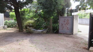登録有形文化財の橋本旅館スタジオの新館前の庭・船の形をした石・清掃