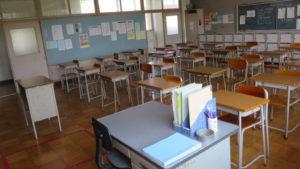 いろいろ撮影できる学校スタジオ・高校設定の教室・後ろのロッカーに扉が付いた