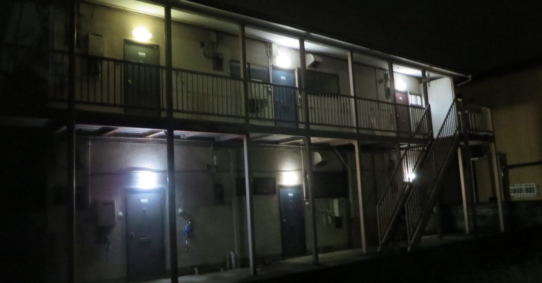 昭和でレトロなアパートスタジオ・入り口上の照明・全室点灯・外観