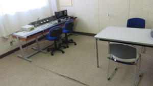 いろいろ撮影できる学校スタジオ・放送室・放送できます・現役・飾り込み済み・アトリエミカミのハウススタジオ