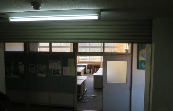 いろいろ撮影できちゃう学校スタジオ・火災警報機・防火シャッター・スモークマシン・