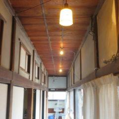 登録有形文化財橋本旅館スタジオ・2階の廊下の照明・撤去・新設の照明に・レトロのイメージに・明るくなりました・改造・電気配線