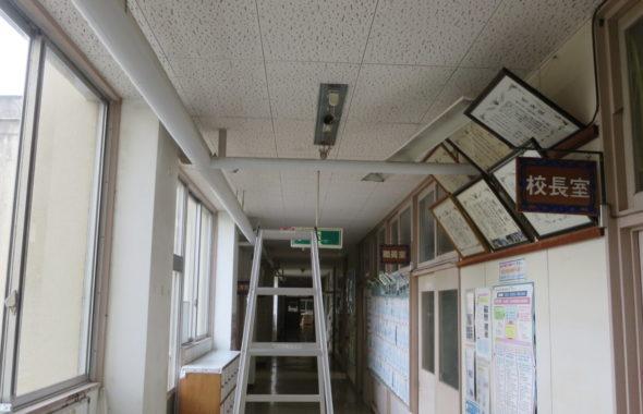 いろいろ撮影できる学校スタジオ・校舎1階廊下・蛍光灯・蛍光灯型のLED・バイパス工事