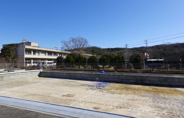 いろいろ撮影出来る学校スタジオ・撮影前のプール清掃・制作部前日清掃