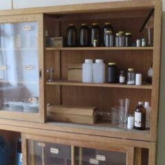 理科準備室・実験準備室・棚・いろいろ撮影できる学校スタジオ