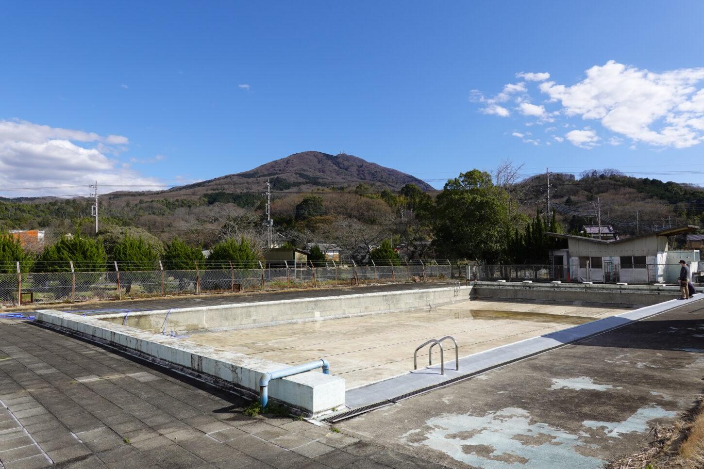 いろいろ撮影できる学校スタジオのプールの排水バルブのトラブル発生・緊急事態・撮影に間に合うか・プールの水満タンになるのか