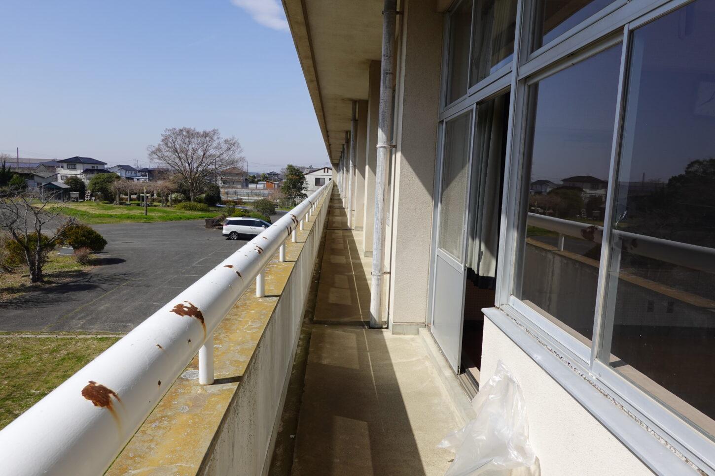 学校スタジオ2階のベランダ・ごみ回収・清掃・アトリエミカミのハウススタジオ・