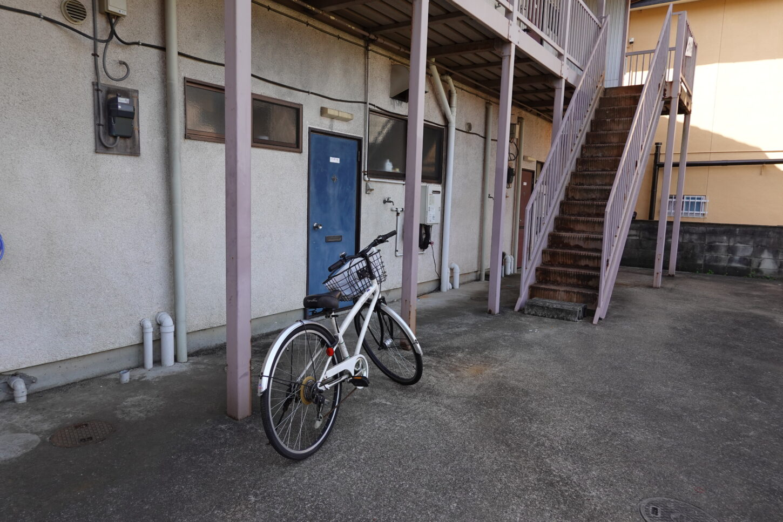 昭和でレトロなアパートスタジオ・美術飾り用で自転車を置きました・外飾り用