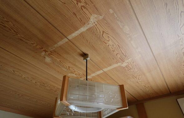 アパートスタジオ・天井の板の張替え前・ガムテープ跡