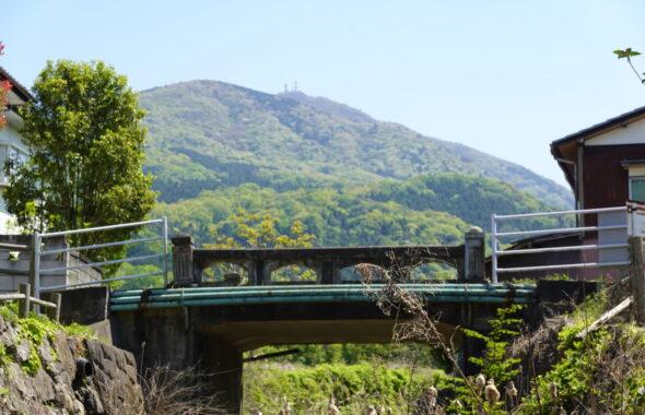 学校スタジオの中を流れる川・石の橋・撮影ポイント