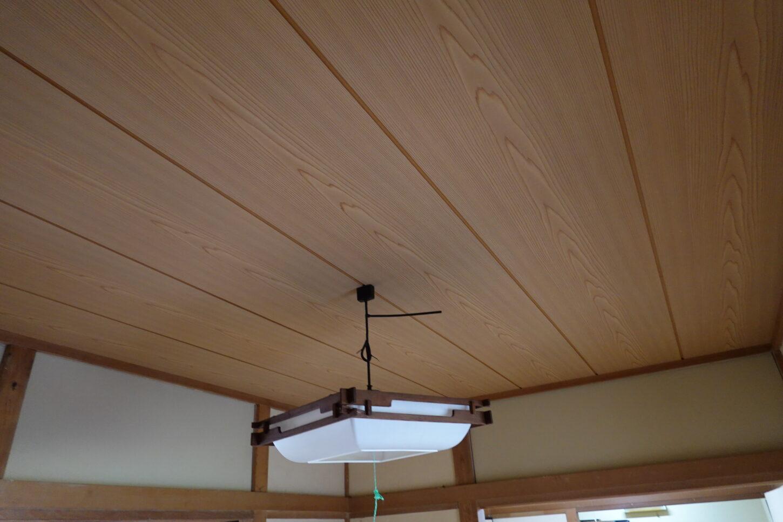 アパートスタジオ・天井の板の張替え完了・ガムテープ跡修理