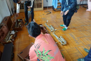 学校スタジオ・音楽室・ロケハン・美術小道具・サックス・トロンボーン・ラッパ・楽器・ピアノ・トランペット