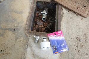 学校スタジオ・正面玄関横の外水道・蛇口にホース・ワンタッチで取り外し・雨降らしシーン・清掃