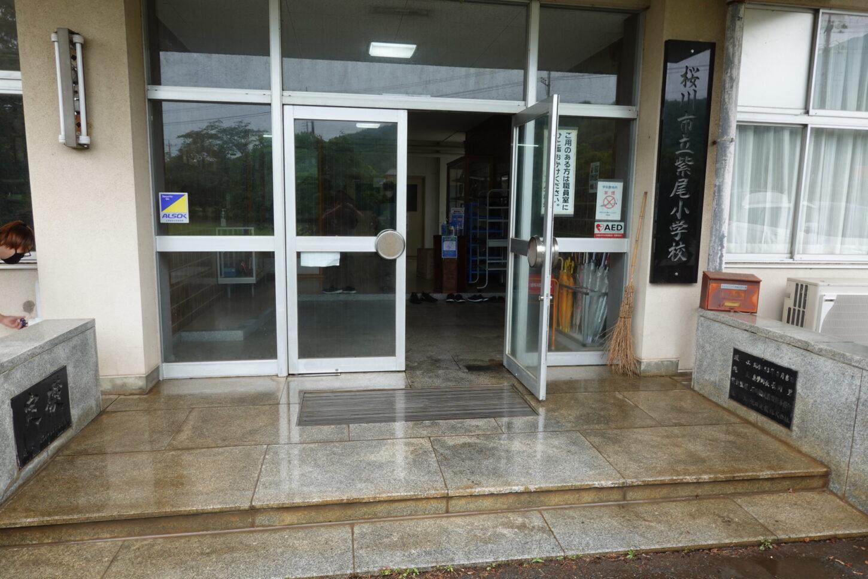 いろいろ撮影できる学校スタジオ・正面玄関・清掃