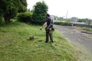 学校スタジオ庭の草刈り・エンジン草刈り機