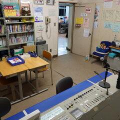 いろいろ撮影出来る学校スタジオ放送室の飾り込み例