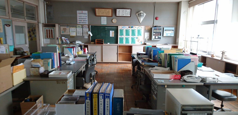 まるごと撮影できちゃう学校スタジオ・職員室・飾り込み済み・美術小道具