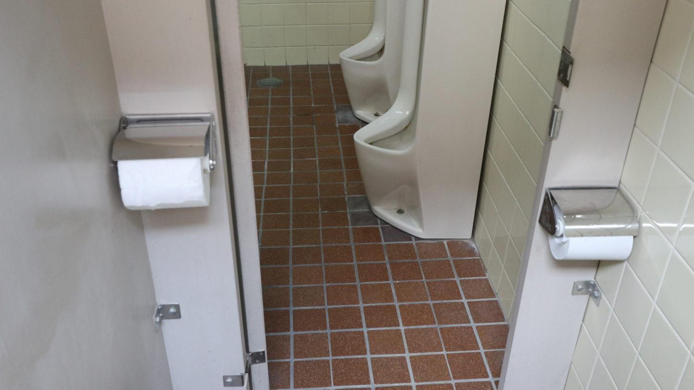 撮影スタッフ用トイレのペーパーホルダー、左利きでも右利きでも使いやすいです。