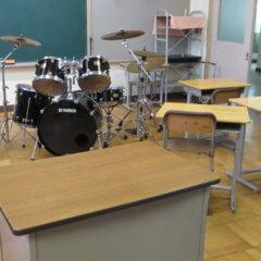 まるまる撮影で使える学校スタジオ・使用してた・楽器・ドラム・教室