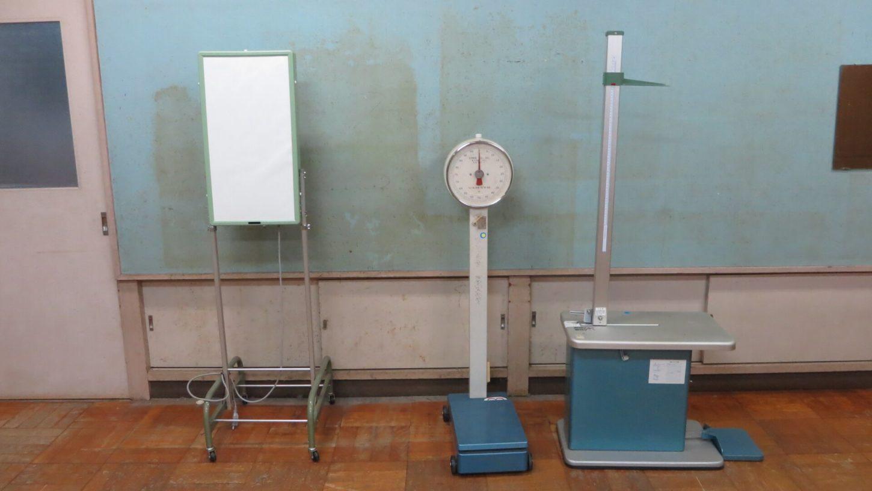 学校スタジオ・保健室・医療器具・体重計・座高計測・視力検査