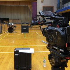 まるまる撮影で使える学校スタジオ・体育館・ドラム設置してカメラで撮影してました