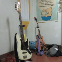 まるまる使える学校スタジオ・屋上に向かう階段踊り場にギターが・・