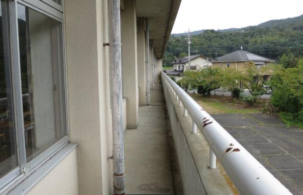 まるまる撮影で使える学校スタジオ2階ベランダ通路・カメラポジション・照明仕込めます・