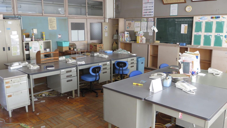 まるまる撮影で使える学校スタジオの職員室に電話並べてみました、まだまだ飾るのと机、椅子ウ増やす予定