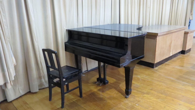 まるまる撮影で使える学校スタジオの体育館の舞台にピアノあります・ロケ地・撮影小道具