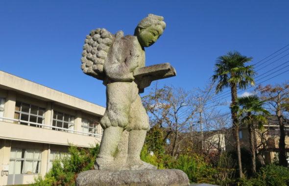 まるごと撮影できちゃう学校スタジオ・二宮金次郎・オブジェ・石像・学校イメージ・