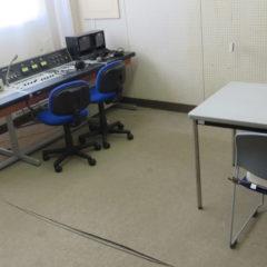 まるごと撮影できちゃう学校スタジオの放送室