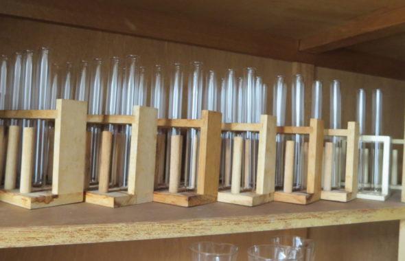 まるごと撮影できちゃう学校スタジオ・実験準備室・試験管入荷・並べてみました