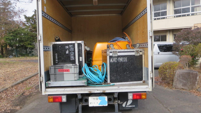 まるごと撮影できちゃう学校スタジオ・撮影機材の箱・カルロスゴーン・ 水タンク・雨降らし