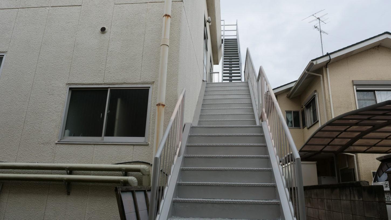 屋上に行く外階段