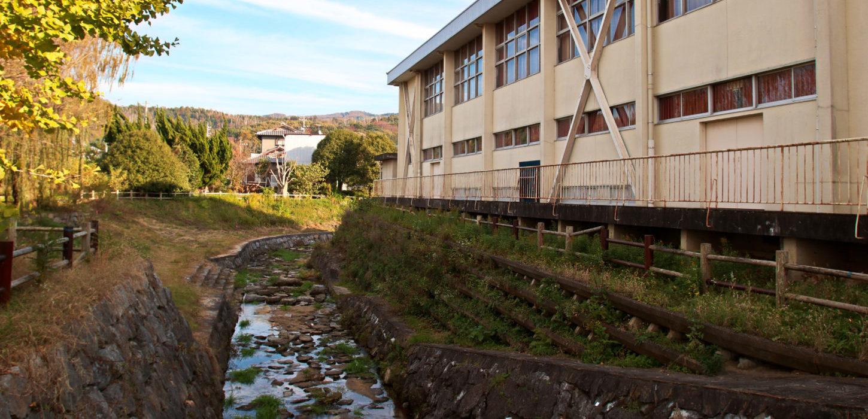 いろいろ撮影できちゃう学校スタジオ・校庭そばの川