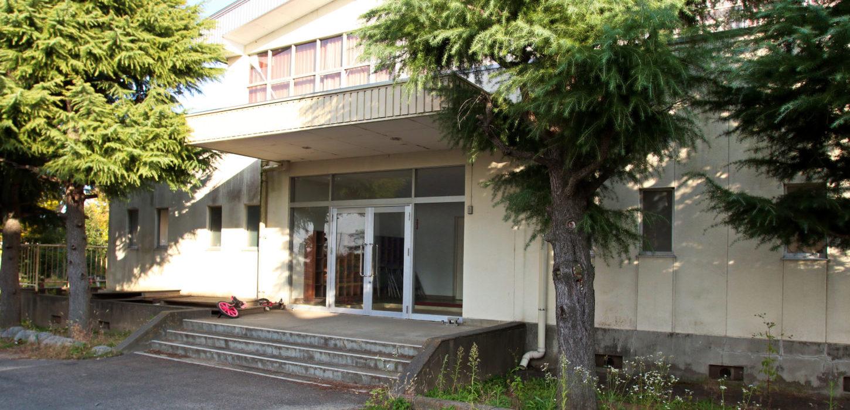 東京近郊のまるまる撮影で使える学校スタジオ体育館・正面入り口・
